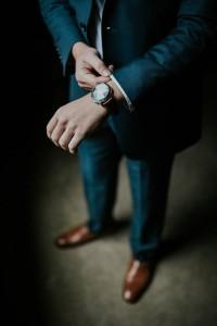 Luxus-Armbanduhr zum Marken-Anzug