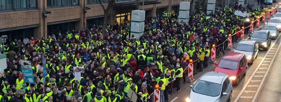 Deutsche Gelbwesten protestieren in Stuttgart gegen Dieselfahrverbote