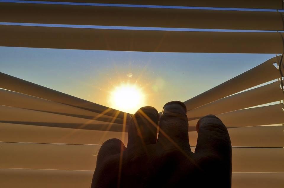 Rollladen vs. Jalousie - Welcher ist der bessere Sonnenschutz?