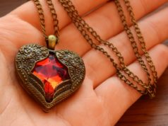 necklace with winged heart   e