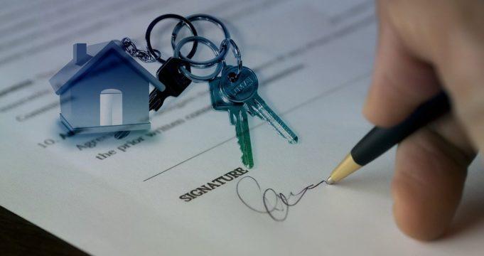 Haus verkaufen: Mit oder ohne Immobilienmakler?